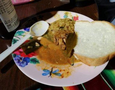 スリランカのカレーはパンと食べてもおいしい